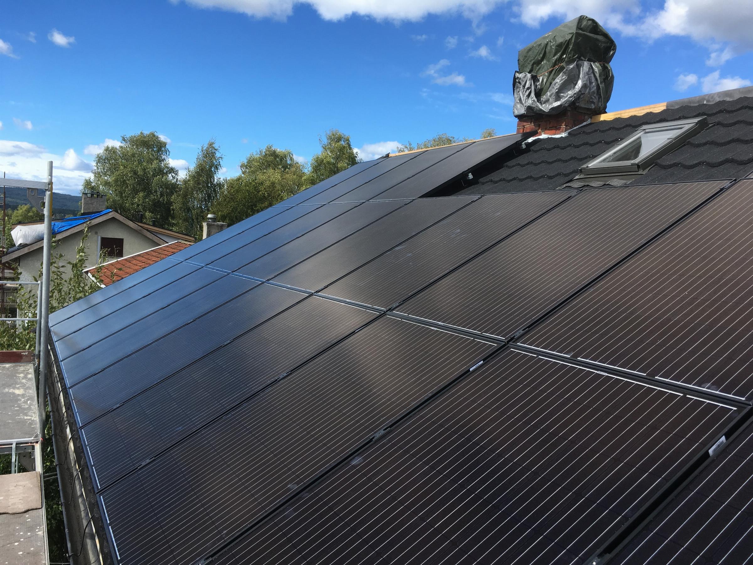 Utenpåliggende solcellepaneler på tak