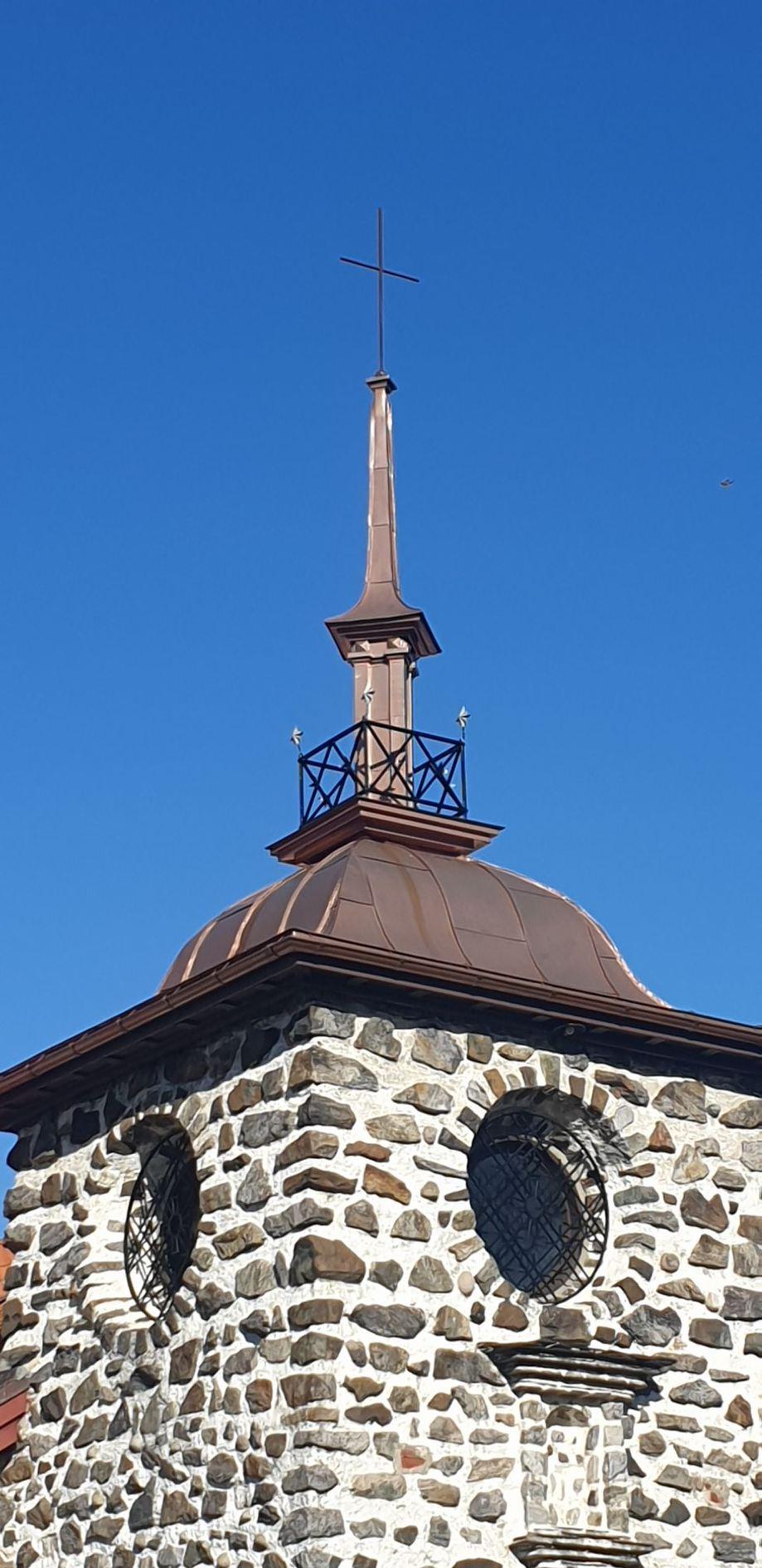 Bytting av kobber i tårnhjelmene Strømmen kirke