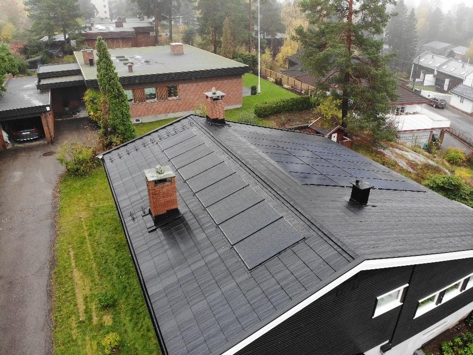 Integrerte solcellepaneler sammen med BMI Icopal Aerodek Quadro taksteinsplater